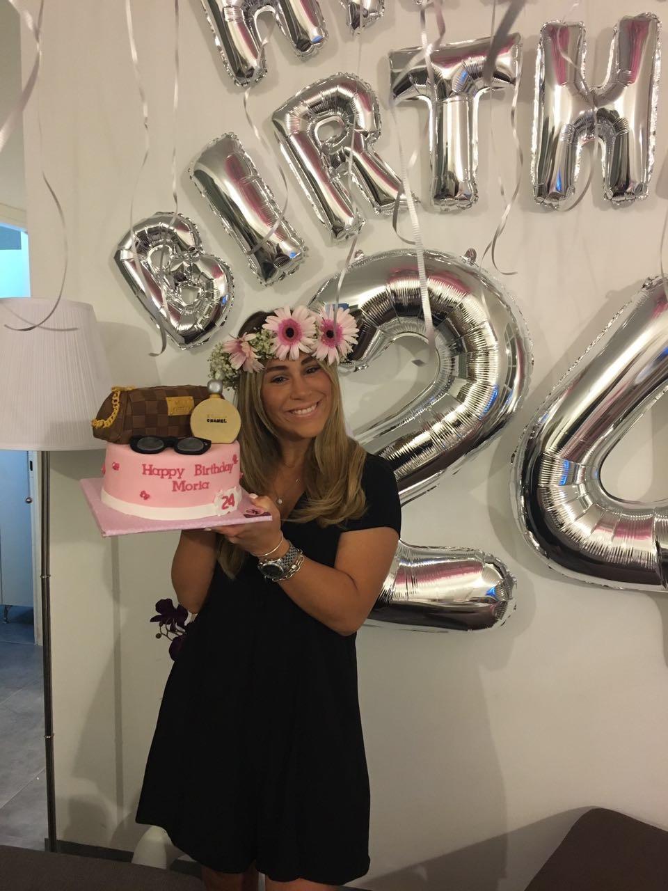 מוריה עם עוגת יום ההולדת שהוכנה עבור
