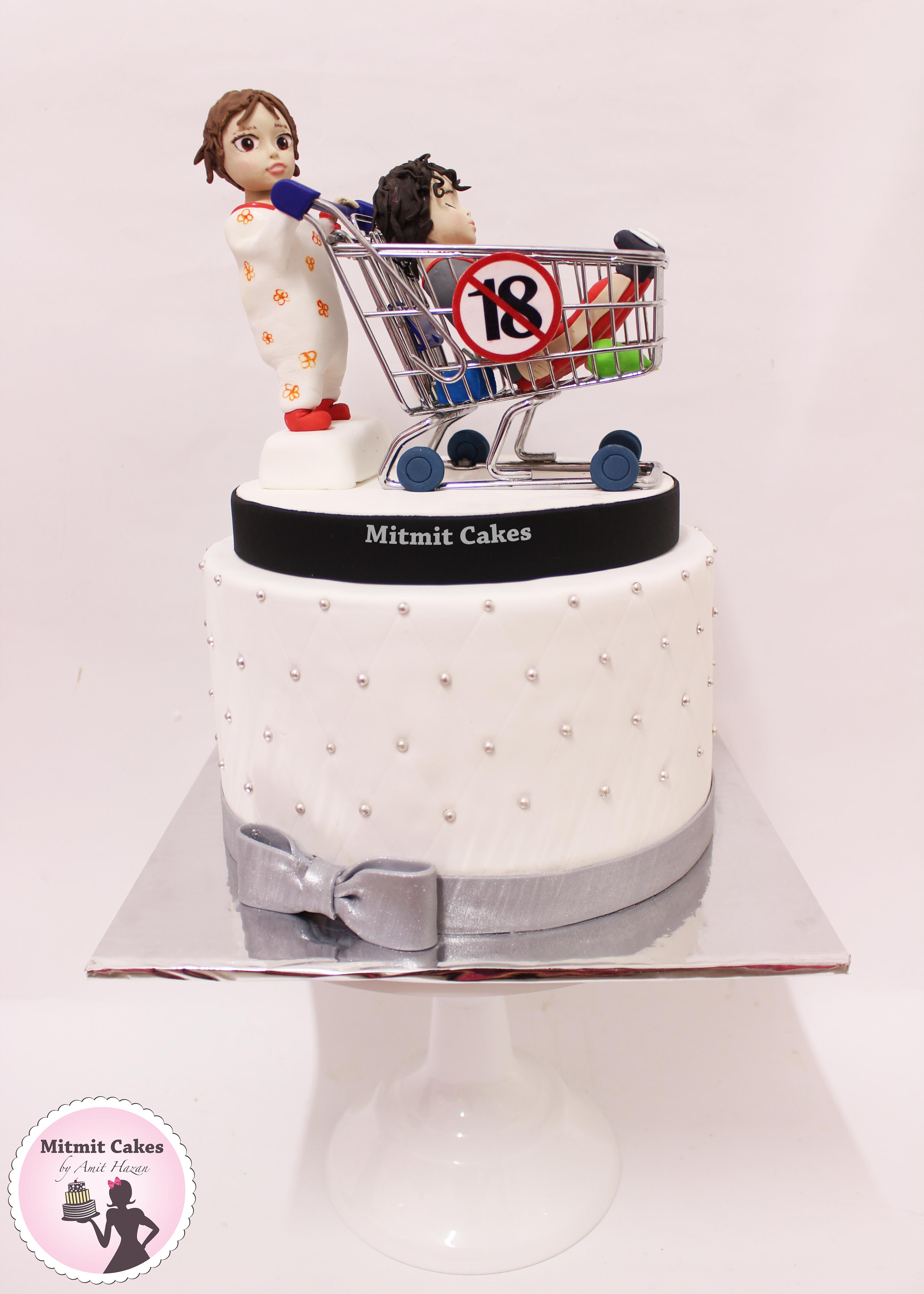 עוגה בובה בתוך עגלה