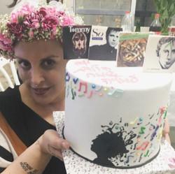 עמליה היקרה עם עוגת מוזיקה