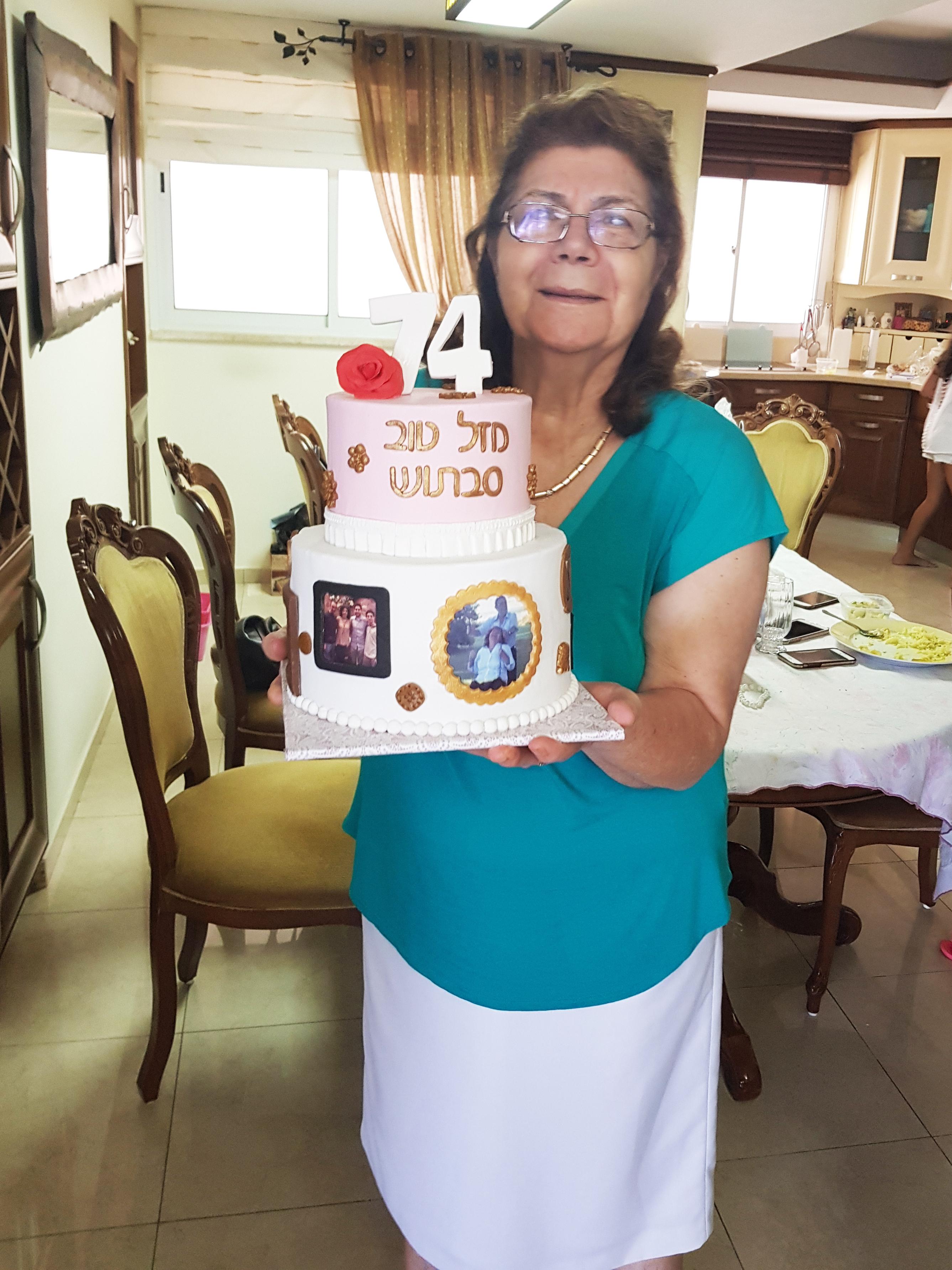 סבתא מיוחדת עם עוגת יום הולדת