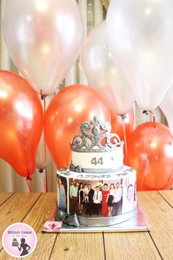 עוגת כתר ובלונים ליום הולדת 44
