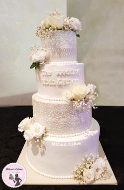 עוגת חתונה בלבן פנינה עם ורדים טריים
