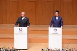 Фотография: Посольство Японии в России  Премьер-министр Абэ объявляет об открытии Года японо-российских межрегиональных и побратимских обменов на церемонии закрытия перекрестного года Японии и России в Осаке 29 июня 2019.
