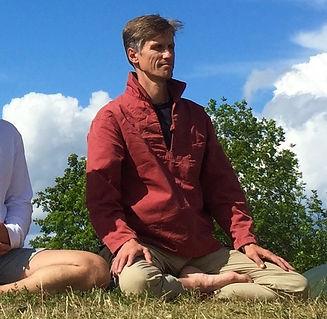 Bjørn G mediterer ute.jpg