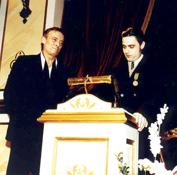 """Jeremy Brett accepte la Légion d'honneur présentée par Thierry Saint-Joanis en mai 1994 à Manchester lors de la soirée célébrant la fin de la série télévisée """"Sherlock Holmes"""" (1984-1994) produite par Granada."""