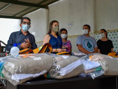 Com recursos próprios, prefeita Fernanda Hassem entrega fardamento e EPI's para equipe de Endemias