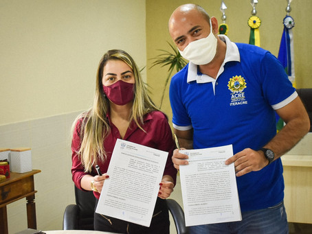 Em Brasiléia, prefeita assina termo de cooperação para regularização fundiária