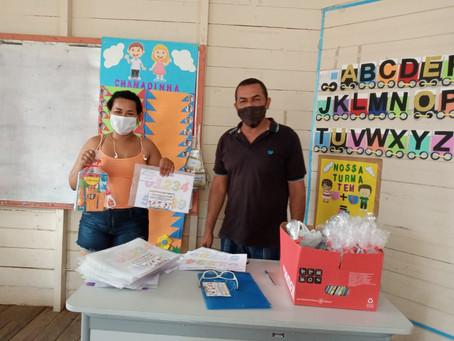 Kit de material escolar são entregues a pais e responsáveis pelos alunos da rede municipal de ensino