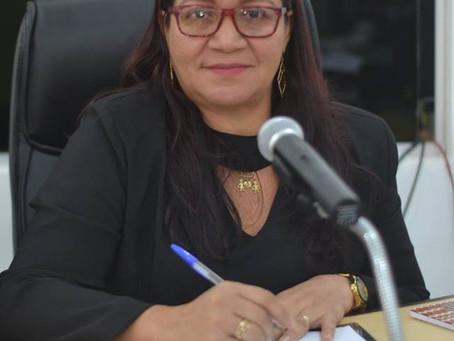 Vereadora Claudia Lima apresenta projeto para melhorar gestão democrática nas escolas
