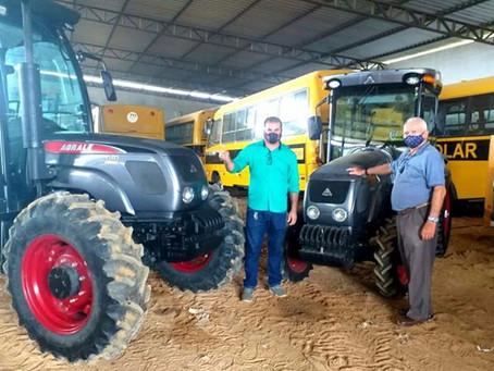 Prefeitura de Rodrigues Alves adquire 2 tratores para mecanização agrícola