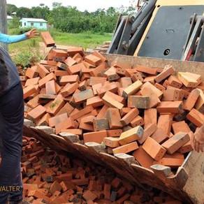 Prefeitura celebra compra de 50 milheiros de tijolos para programa de recuperação de ruas