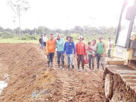 Prefeitura de Manoel Urbano contrata balsa para levar máquinas pesadas aos produtores rurais