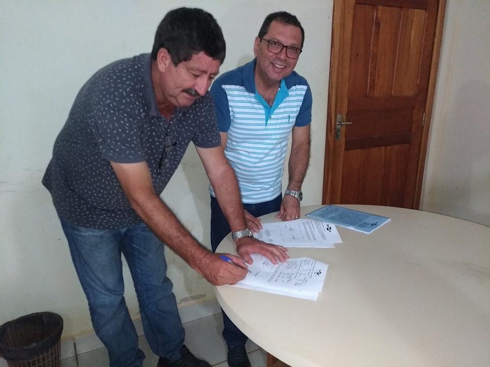 Prefeito Ederaldo Caetano (PSB) no momento da assinatura do termo de cooperação com entidades parceiras