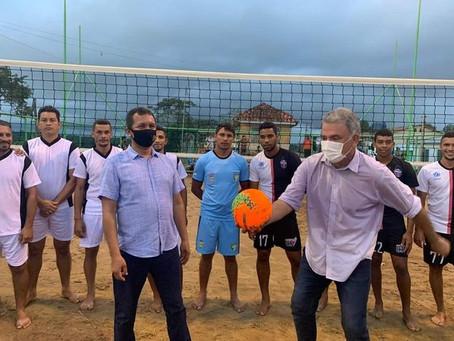 Prefeito Isaac Piyãko junto do senador Sérgio Petecão inauguram a 1° quadra de areia do município