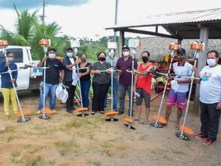 Prefeito Tanízio e deputada Vanda Milani entregam maquinários para fortalecer a agricultura local