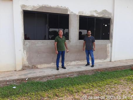 Prefeito e Secretário de Educação visitam obra de construção do muro de fechamento de escola