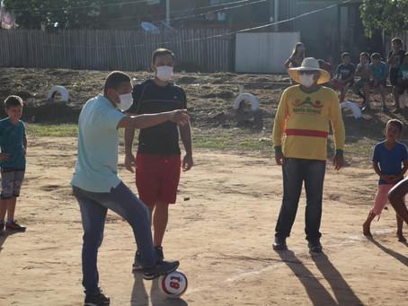 Esportes: Prefeitura viabiliza práticas esportivas da criançada do km 2, após reforma do campinho