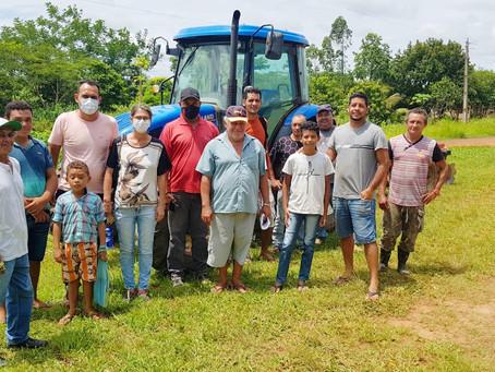 Rosana Gomes ordena entrega de trator para ajudar produtores rurais do Projeto de Assentamento