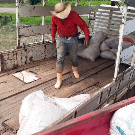 Prefeitura realiza melhoria em estrada rural e auxilia produtores no escoamento da produção