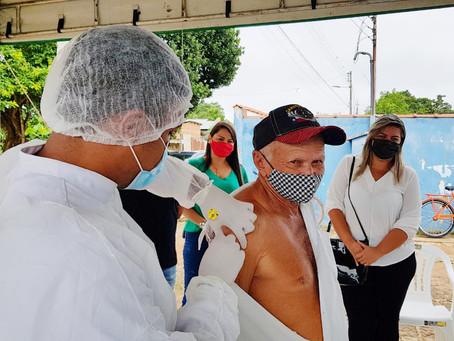 Membros da comissão de vacinação da Câmara, acompanham imunização no Quinari