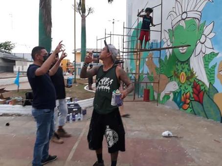 Assis Brasil incentiva arte de rua em ação com grafiteiros
