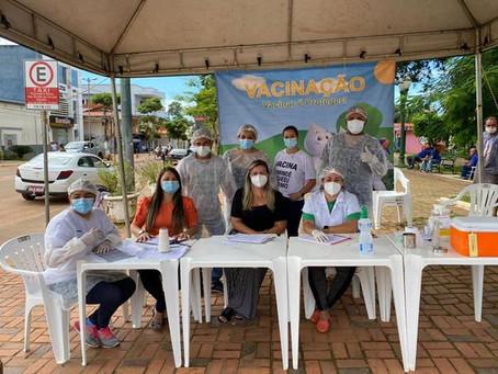 Fiscalizando: vereadoras participaram da vacinação dos idosos acima de 72 anos na praça central