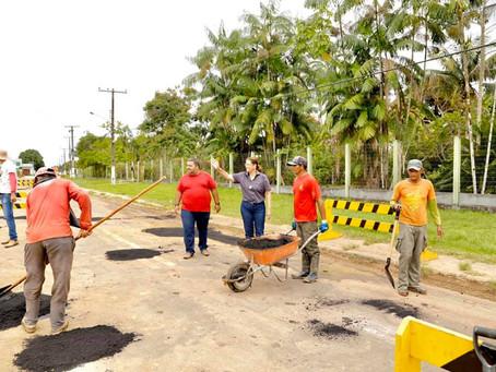 Prefeitura de Mâncio Lima recebe apoio do governo do estado para tapar buracos da Avenida Japiim