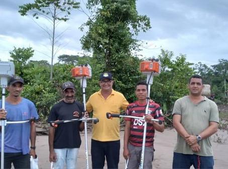 Prefeito entrega roçadeiras aos ribeirinhos e produtores de Manoel Urbano