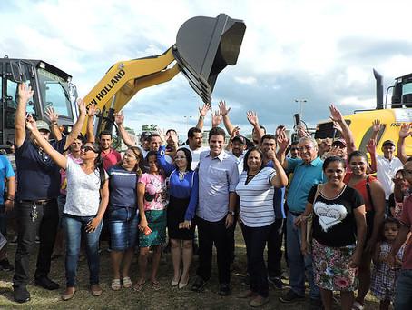 Manoel Urbano, senador e governador eleito Gladson Cameli entrega máquinas e equipamentos agrícolas