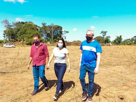 A prefeita Rosana Gomes visita o local onde será o centro de distribuição das Lojas Gazin em Senador
