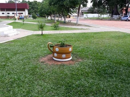 Prefeitura de Xapuri inova em decoração de praça pública com reutilização de pneus