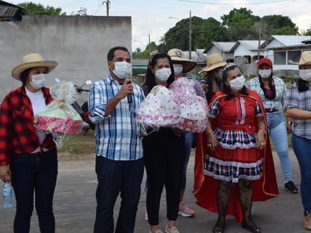 Rodrigues Alves homenageia idosos com festividade junina em formato drive thru