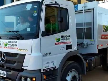 Coleta de lixo tem novo caminhão coletor