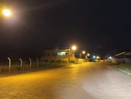 Prefeitura conclui serviços de iluminação pública no bairro Constantino Melo Sarkiz