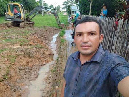 Prefeito Naudo Ribeiro acompanha trabalho de drenagem e desobstrução do esgoto