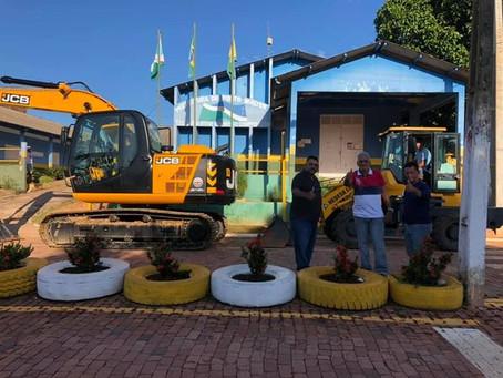 Prefeitura recebe escavadeira, implementos agrícolas e canoas de alumínio motorizadas