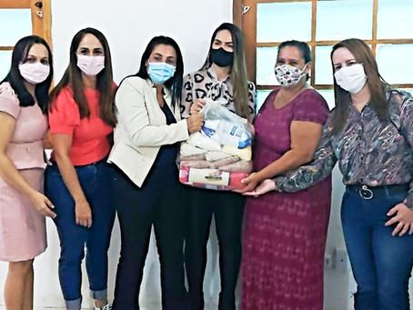 Primeira dama do Estado entrega cestas básicas e firma parceria com prefeita Rosana Gomes