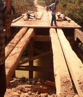 Prefeitura recupera ponte de madeira no Km 24 do ramal Granada