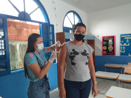 Prefeitura inicia a vacinação contra a Covid-19 para servidores da educação em exercício