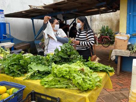 Vereadora Alessandra Mesquita conversa com feirantes do município