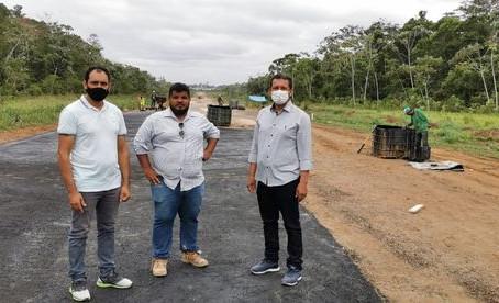 Prefeito Isaac Piyãko junto do vice Valdélio Furtado vistoriam os trabalhos do aeródromo de Marechal