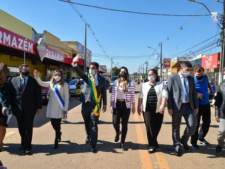 Brasiléia comemora 111 anos com desfile em carro aberto