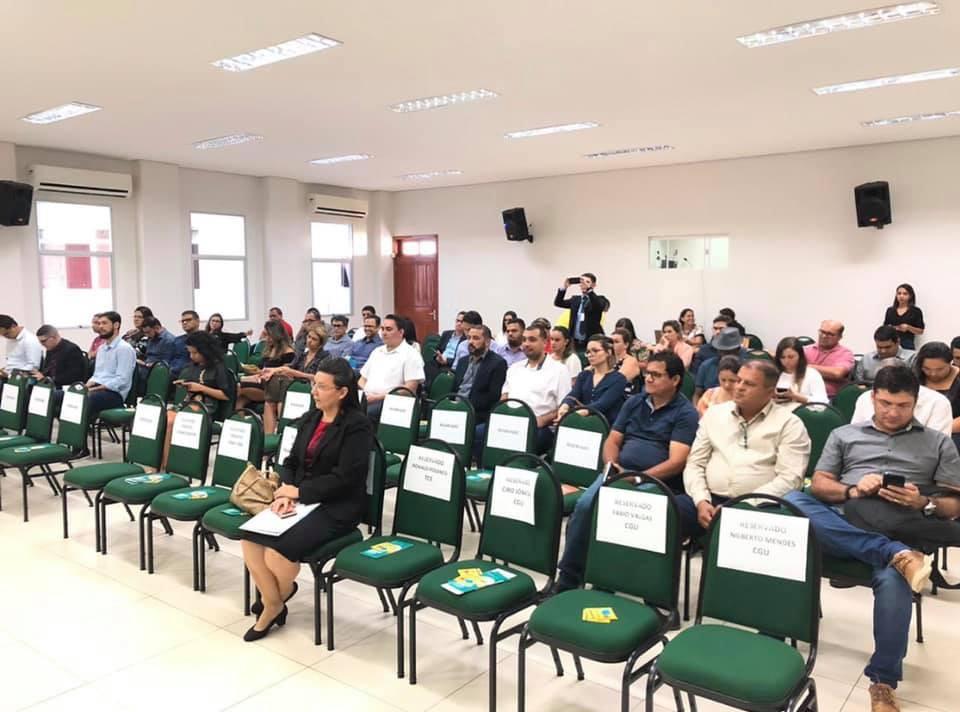Vista do auditória da AMAC e participantes