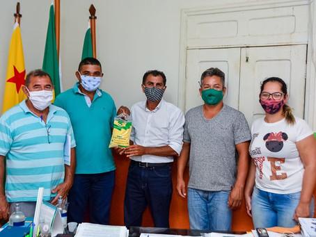 Prefeito Bené incentiva agricultores familiares a aumentarem sua produção de mandioca de Porto Acre