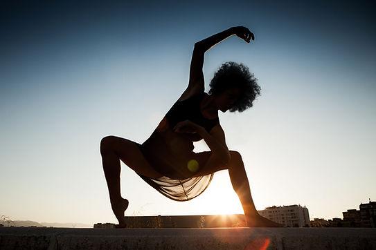 Bailarín en la puesta del sol