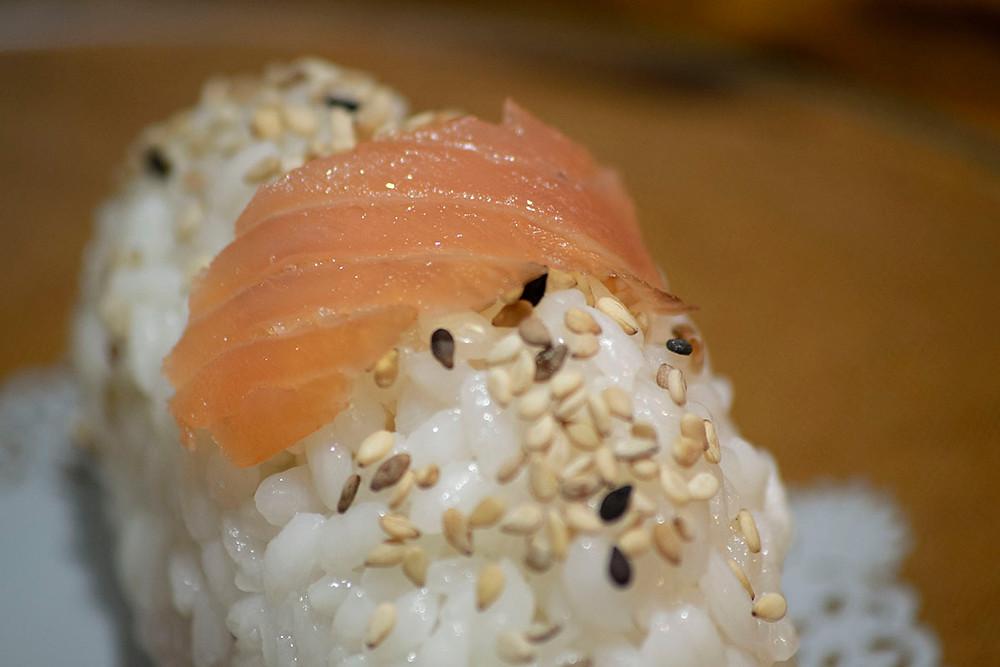 Gros plan onigiris saumon et sésames