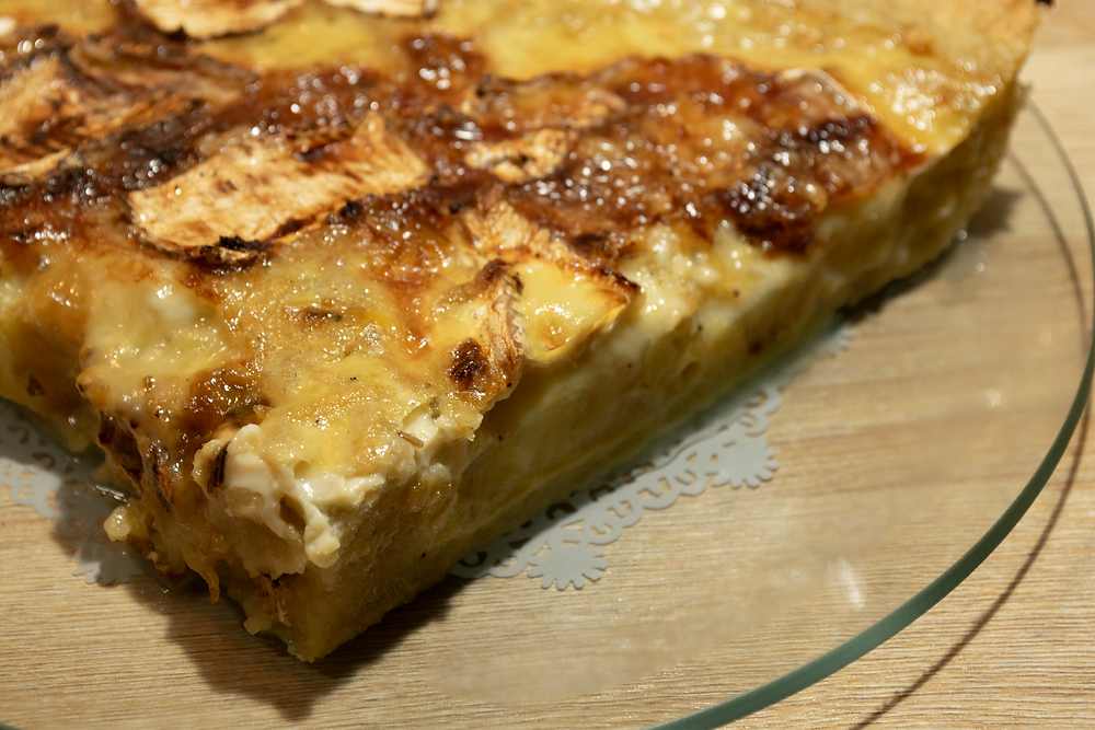 Gros plan part de tarte au camembert