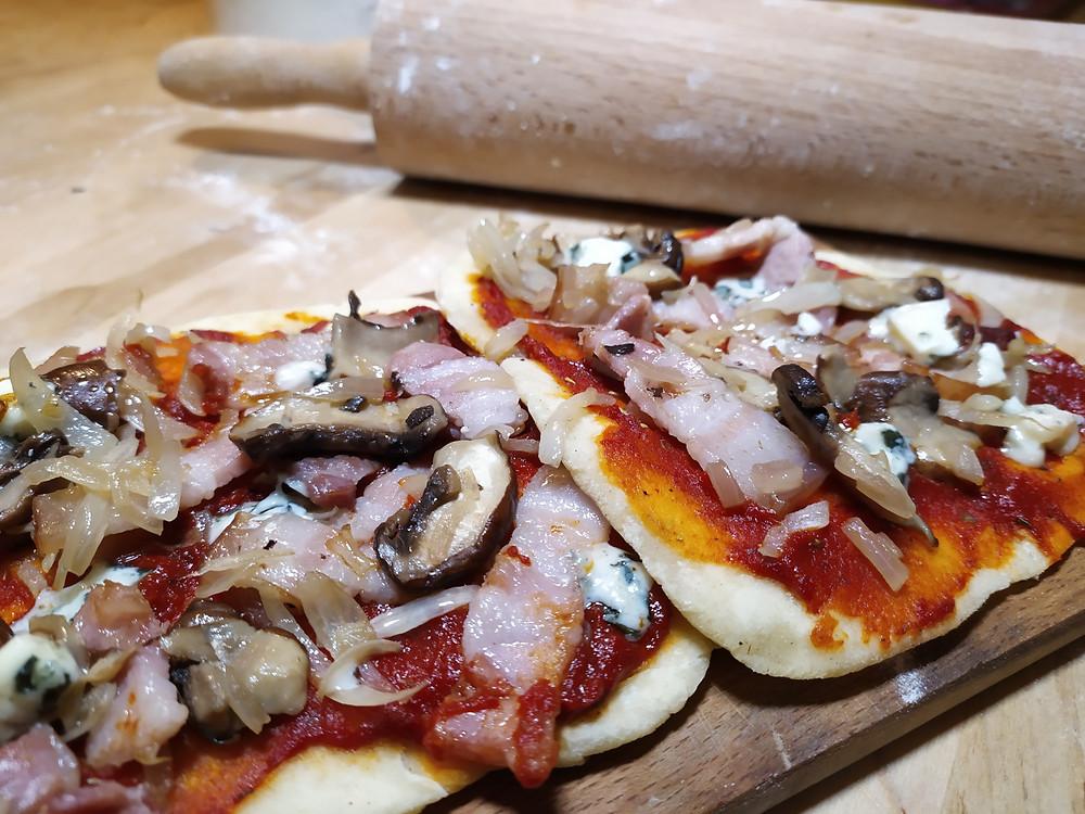 Deux pizzas naans champignons oignons lardons