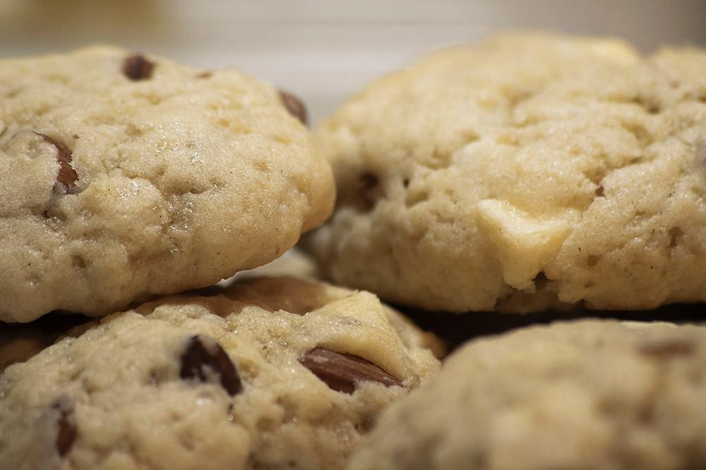Gros plan cookies chocolat blanc amandes