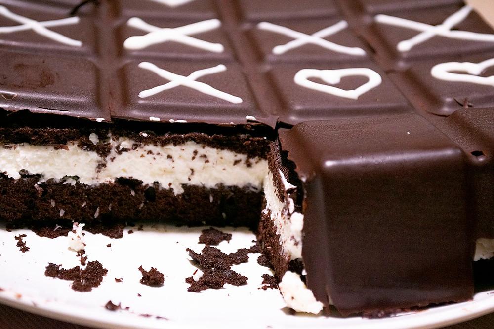 Gâteau Kinder Délice géant découpe proche